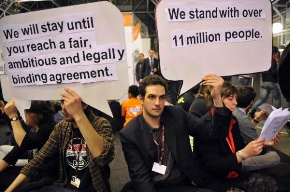 Jóvenes organizaron una sentada en la sala principal del Bella Center, el 16 de diciembre de 2009, donde se realiza la Cumbre sobre el Cambio Climático, en Copenhague, Dinamarca, para exigir a los participantes que tomen medidas para combatir los efectos de este trascendental problema global.