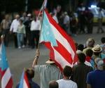 Los manifestantes llegaron al edificio federal con banderas de Puerto Rico. (Ramón Tonito Zayas/END)