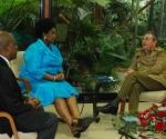 El General de Ejercito Raúl Castro Ruz (der.), presidente de los Consejos de Estado y de Ministros de Cuba sostiene conversaciones con Maite Nkoana-Mashabane (izq. centro), ministra de Relaciones Internacionales y Cooperación de la República de Sudáfrica, en La Habana, Cuba, el 2 de diciembre de 2009. AIN FOTO/Raúl ABREU