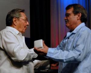 El presidente cubano Raúl Castro Ruz (I), hace entrega de la Medalla Conmemorativa 50 Aniversario del Ministerio de Relaciones Exteriores (MINREX), al vicecanciller Abelardo Moreno Fernández (D), en acto efectuado en la sala Universal de las Fuerzas Armadas Revolucionarias (FAR), el 23 de diciembre de 2009. AIN FOTO/Omara GARCIA MEDEROS
