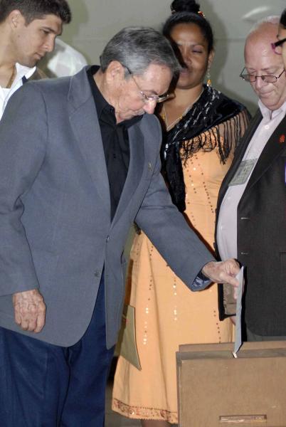 Presidente cubano Raúl Castro Ruz, ejerce su voto directo y secreto, en el IV período ordinario de sesiones de la Asamblea Nacional del Poder Popular (ANPP), en su Séptima Legislatura, que tiene lugar en el Palacio de Convenciones de La Habana, Cuba