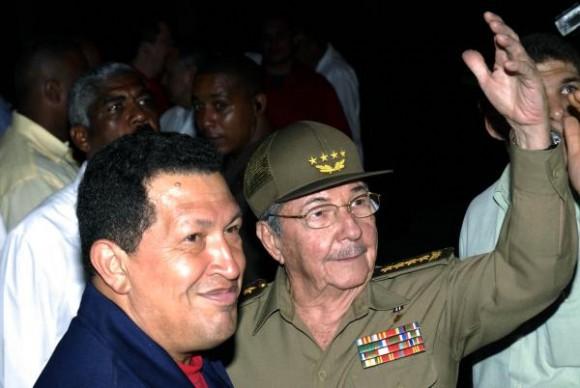El presidente cubano Raúl Castro (D), recibió a su homologo venezolano, Hugo Chávez (I), en el Aeropuerto Internacional José Martí, el 11 de diciembre de 2009. Chávez llego a La Habana para participar en la VIII Cumbre del ALBA. AIN FOTO/ Marcelino VAZQUEZ HERNANDEZ