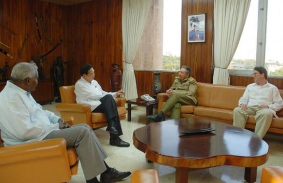 El General de Ejército Raúl Castro Ruz, Presidente de los Consejos de Estado y de Ministros, recibió al compañero Zhao Rongxian, Embajador de la República Popular China. Foto: Raúl Abreu