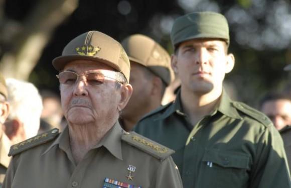 l General de Ejercito Raúl Castro Ruz, presidente de los Consejos de Estado y de Ministros, saludó a representantes del cuerpo diplomático militar acreditado en Cuba, durante el acto por el 20 aniversario de la Operación Tributo y el 113 aniversario de