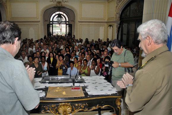 El Comandante de la Revolución Ramiro Valdés Menéndez (D), ministro de la Informática y las Comunicaciones, junto al canciller cubano Bruno Rodríguez Parrilla (I), en la ceremonia de cancelación del Sello Conmemorativo por el 50 aniversario de la fundación del Ministerio de Relaciones Exteriores (MINREX), efectuado en la sede del MINREX, en La Habana, el 28 de diciembre de 2009. AIN FOTO/Omara García Mederos