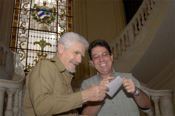 El Comandante de la Revolución Ramiro Valdés Menéndez (I), ministro de la Informática y las Comunicaciones, junto al canciller cubano Bruno Rodríguez Parrilla (D), en el acto de cancelación del Sello Conmemorativo por el 50 aniversario de la fundación del Ministerio de Relaciones Exteriores (MINREX), efectuado en la sede del MINREX, en La Habana, el 28 de diciembre de 2009. AIN FOTO/Omara García Mederos