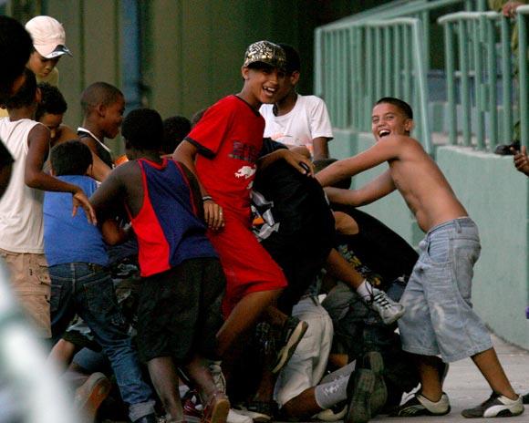 Con tantos jonrones, los muchachos se divierten de lo lindo buscando las pelotas que caen en las gradas. Foto: Alex Castro