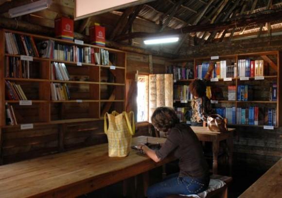 Biblioteca construida por la brigada artística Martha Machado, en el poblado de Soplillar, en la Cienaga de Zapata, Matanzas, Cuba, el 25 de diciembre de 2009 AIN FOTO/Marisol RUIZ SOTO/