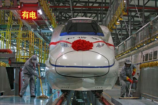 Uno de los nuevos trenes de alta velocidad chinos (CRH) se prepara para partir hacia Cantón desde la estación de Wuhan (China), se ha inaugurado la línea de tren de alta velocidad más rápida del mundo, que une en 3 horas las ciudades de Wuhan (centro) y Cantón (sur). En en una segunda fase, la línea unirá Pekín con Cantón, recorriendo un total 1.069 kilómetros a una media de 350 kilómetros por hora. EFE/Str