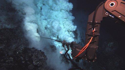 En esta imagen tomada de un video del 7 de mayo del 2009 y proporcionada por la Fundación Nacional de la Ciencia y la Administración Nacional de los Océanos y la Atmósfera, un brazo robot recoge muestras de un volcán en el Pacífico, al sur de Samoa. Científicos oceanográficos presentaron los videos en San Francisco el jueves 17 de diciembre del 2009. (AP foto/NSF NOAA)