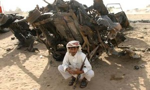 Yemenita frente a uno de los vehículos destruidos por el bombardeo de EEUU.