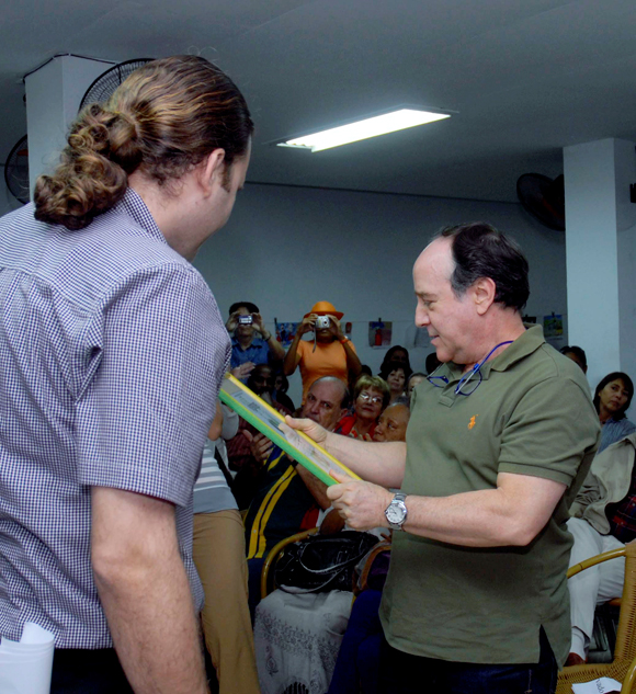 """Luís Morlote (I), presidente de la Asociación Hermanos Saíz, realizó la entrega del Premio """"Maestro de Juventudes"""" al poeta y ensayista, Miguel Barnet, el 28 de enero del 2010, en la sede de la Unión de Escritores y Artistas de Cuba (UNEAC), en La Habana AIN Foto: Oriol de la Cruz Atencio"""