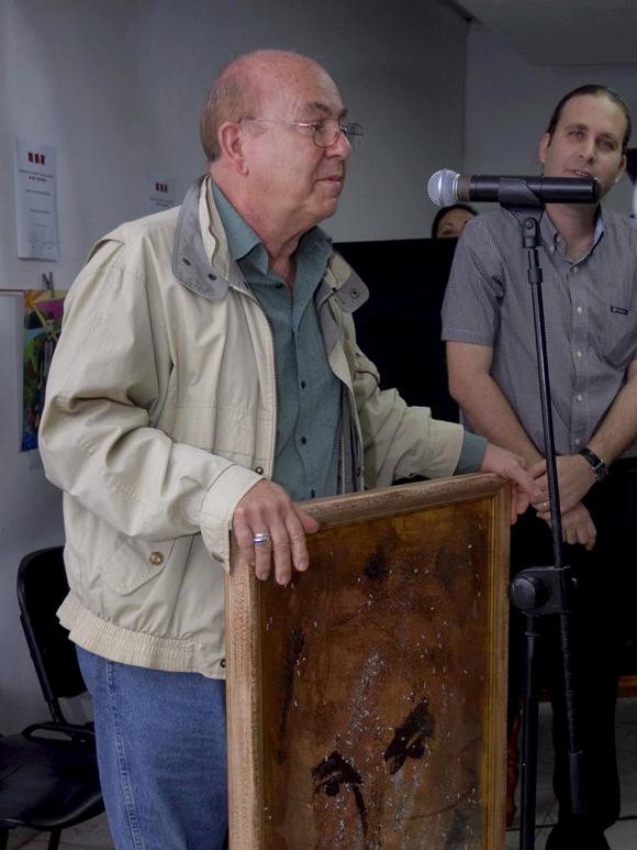 """Intervención del poeta y ensayista, Miguel Barnet (I), durante el acto de entrega del Premio """"Maestro de Juventudes"""" realizado el 28 de enero del 2010, en la sede de la Unión de Escritores y Artistas de Cuba (UNEAC), en La Habana AIN Foto: Oriol de la Cruz Atencio"""