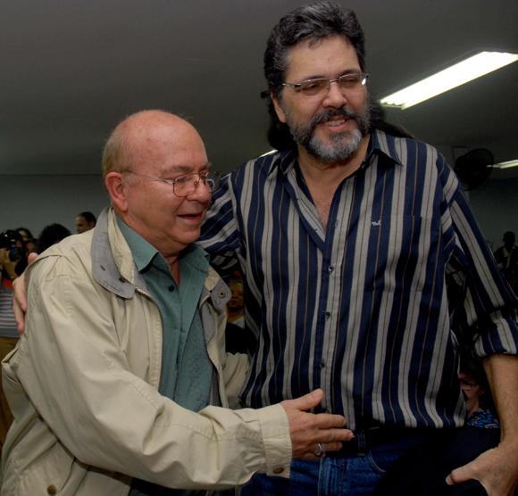 """El poeta y ensayista, Miguel Barnet (I), fue felicitado por Abel Prieto(D), ministro cubano de Cultura, durante el acto de entrega del Premio """"Maestro de Juventudes"""" el 28 de enero del 2010, en la sede de la Unión de Escritores y Artistas de Cuba (UNEAC), en La Habana AIN Foto: Oriol de la Cruz Atencio"""