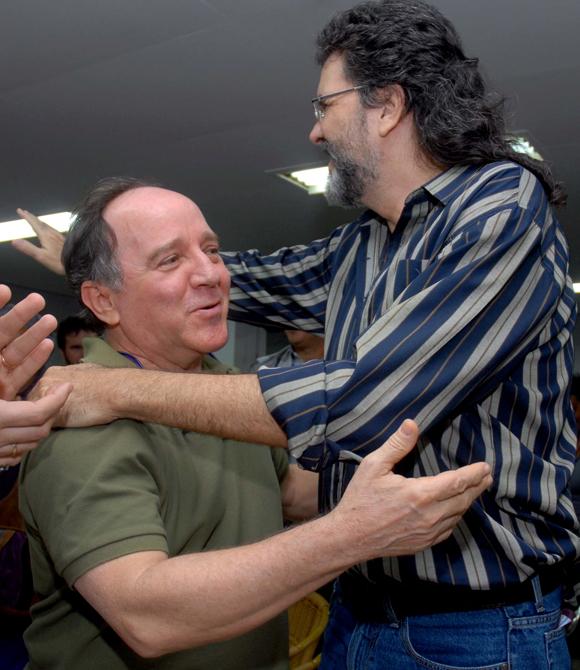 """El artista de la plástica, Roberto Fabelo (I), fue felicitado por Abel Prieto (D), ministro cubano de Cultura, durante el acto de entrega del Premio """"Maestro de Juventudes"""" el 28 de enero del 2010, en la sede de la Unión de Escritores y Artistas de Cuba (UNEAC), en La Habana AIN Foto: Oriol de la Cruz Atencio"""