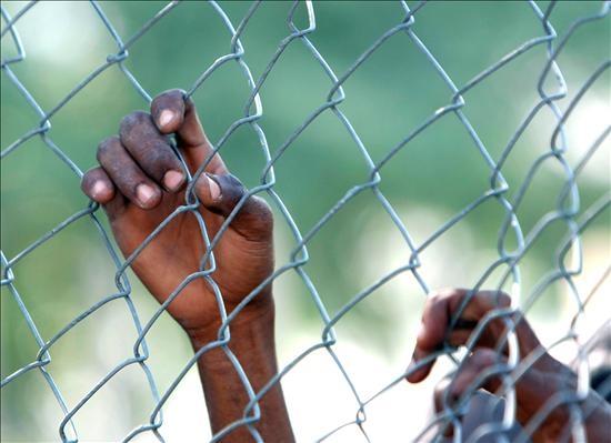 Una persona espera en la zona de entrega de alimentos y agua que ha instalado la República Dominicana en Haití. Foto: EFE