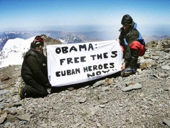 Como gesto solidario tres jóvenes neuquinos llevaron esta semana a la cumbre del cerro Aconcagua, en Argentina, el más alto de América, el reclamo por la libertad de los cinco cubanos antiterroristas prisioneros en cárceles en los Estados Unidos. AIN FOTO/Télam