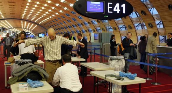 Todos los viajeros que vuelan a los EE.UU. recibirá más estrictas pruebas aleatorias de detección, y el 100 por ciento de los pasajeros procedentes de siete países. | Foto AP