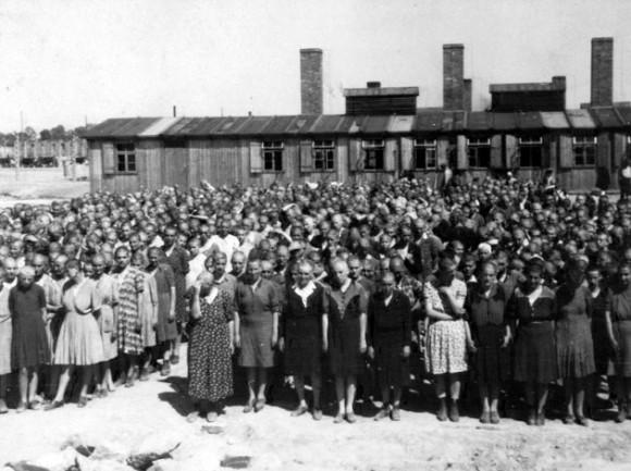 Una foto tomada el 27 de mayo 1944 en Oswiecim, mostrando las mujeres dentro del campo de exterminio de Auschwitz-Birkenau. El campo de Auschwitz fue establecido por los nazis en 1940, en los suburbios de la ciudad de Oswiecim que, como otras partes de Polonia, fue ocupada por los alemanes durante la Segunda Guerra Mundial. Soldados del Ejército Rojo liberó a los pocos miles de prisioneros que los alemanes habían dejado atrás en el campo, el 27 de enero de 1945. AFP PHOTO/ YAD VASHEM Foto Archivo