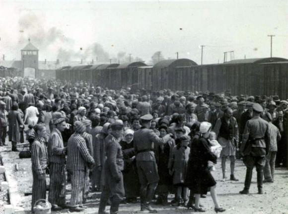 Foto tomada 27 de mayo 1944 en Oswiecim, que muestra la selección de los prisioneros nazis en la plataforma en la entrada del campo de exterminio de Auschwitz-Birkenau. El campo de Auschwitz fue establecido por los nazis en 1940, en los suburbios de la ciudad de Oswiecim que, como otras partes de Polonia, fue ocupada por los alemanes durante la Segunda Guerra Mundial. AFP PHOTO/ YAD VASHEM Foto Archivo