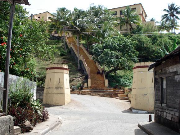 """Escalera del hotel """"El Castillo"""". Baracoa, en la provincia de Guantánamo al Oriente de Cuba"""