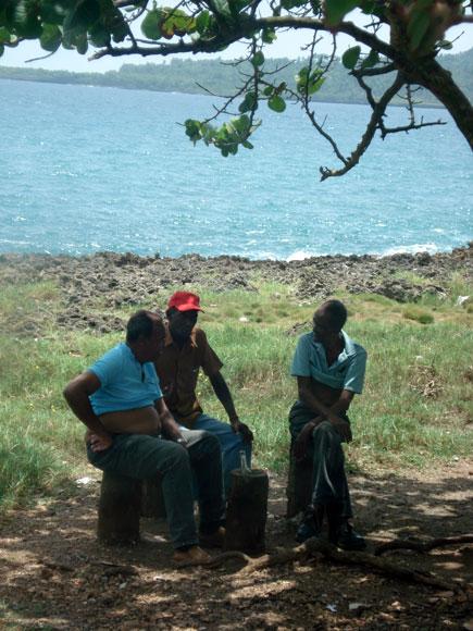 Pobladores conversan en las orillas de la bahía de la ciudad de Baracoa, en la provincia de Guantánamo al Oriente de Cuba