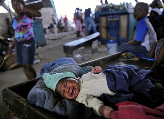 Bebe recien nacida rescatada en Haiti