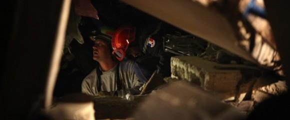 Los bomberos siguen buscando personas con vida bajo los escombros. AFP