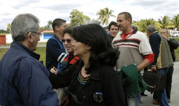 """José Ramón Balaguer (D), miembro del Buró Político del Partido Comunista de Cuba y ministro de Salud, despidió a la brigada medica """"Henry Reeve"""" , que partió hacia Haití a prestar ayuda por el devastador terremoto que azoto a ese país caribeño, en el aeropuerto internacional """"José Martí"""", en Ciudad de La Habana, el 13 de enero de 2010."""