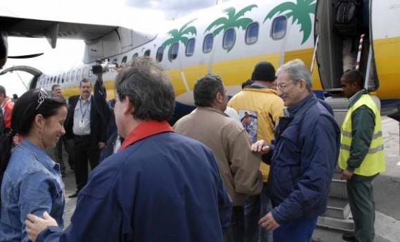 """José Ramón Balaguer (I), miembro del Buró Político del Partido Comunista de Cuba y ministro de Salud, despidió a la brigada medica """"Henry Reeve"""" , que partió hacia Haití a prestar ayuda por el devastador terremoto que azoto a ese país caribeño, en el aeropuerto internacional """"José Martí"""", en Ciudad de La Habana, el 13 de enero de 2010. AIN FOTO/Marcelino VAZQUEZ HERNANDEZ/"""