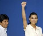 El presidente Evo Morales junto a ex miss Bolivia Jessica Jordan. Daniel Caballero. Presidencia de Bolivia