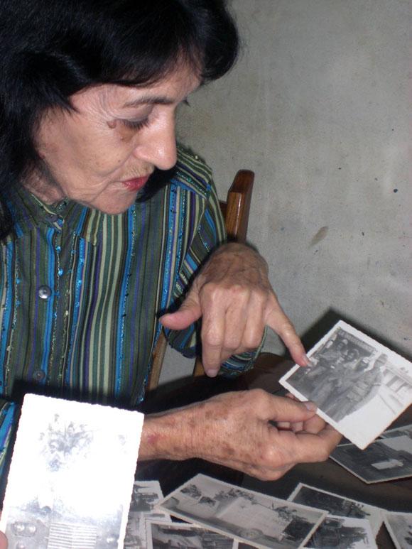Lorenza Gordillo Suárez, el 5 de enero de 2010, muestra las imágenes realizadas por ella durante el paso de la Caravana de la Libertad por Ciego de Ávila, el 5 de enero de 1959. AIN Foto/Osvaldo Gutierrez