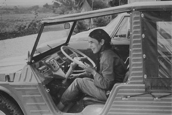 Celia Sánchez Manduley conduciendo un jeep