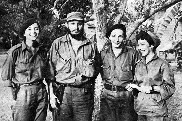 Celia Sánchez Manduley junto a Raúl, Fidel y Vilma