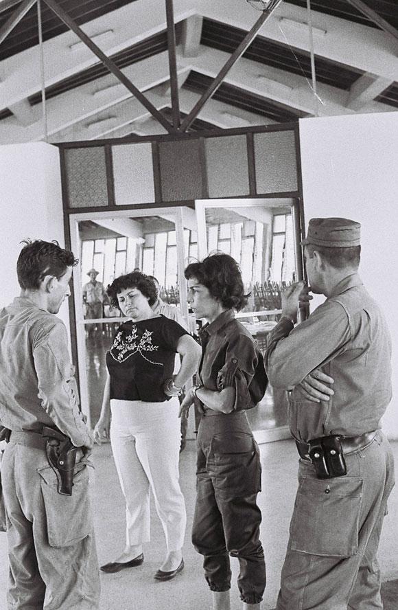 Celia Sánchez Manduley reunida con unos trabajadores