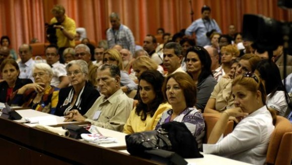 """Familiares de los cinco héroes cubanos prisioneros injustamente en cárceles norteamericanas, en la clausura del """"Encuentro de Cubanos Residentes en el Exterior contra el Bloqueo, en Defensa de la Soberanía Nacional""""."""