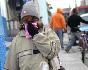 A pesar de las bajas temperaturas de este lunes, que apenas rebasaron los diez grados, los espirituanos desafiaron el invierno para incorporarse a sus tareas habituales, en Sancti Spíritus, el 11 de enero de 2009. AIN/ FOTO Oscar ALFONSO SOSA