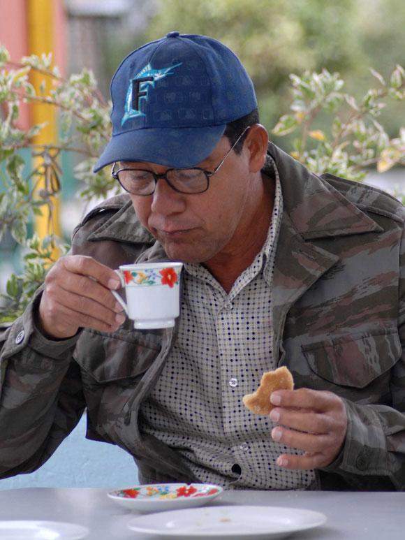 Hombre toma chocolate caliente para contrarestar las bajas temperaturas, en Yaguajay, Sancti Spíritus, Cuba. AIN. Foto: Oscar Alfonso Sosa