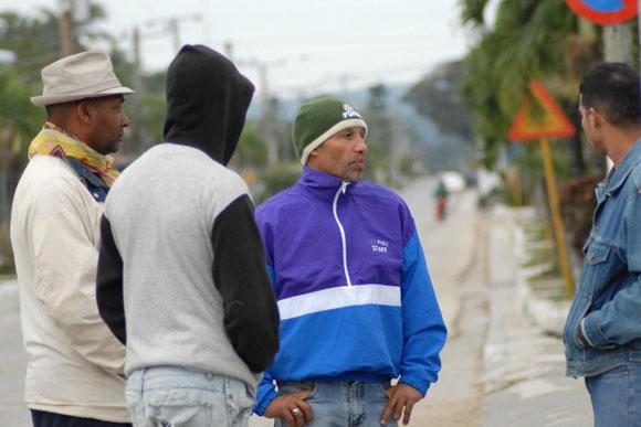 Hombres dialogan en la calle desafiando las bajas temperaturas, en Yaguajay, Sancti Spíritus, Cuba. AIN. Foto: Oscar Alfonso Sosa
