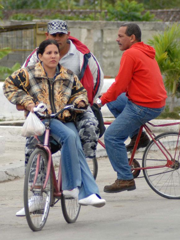 Personas transitan en bicicleta a pesar de las bajas temperaturas, en Yaguajay, Sancti Spíritus, Cuba. AIN. Foto: Oscar Alfonso Sosa