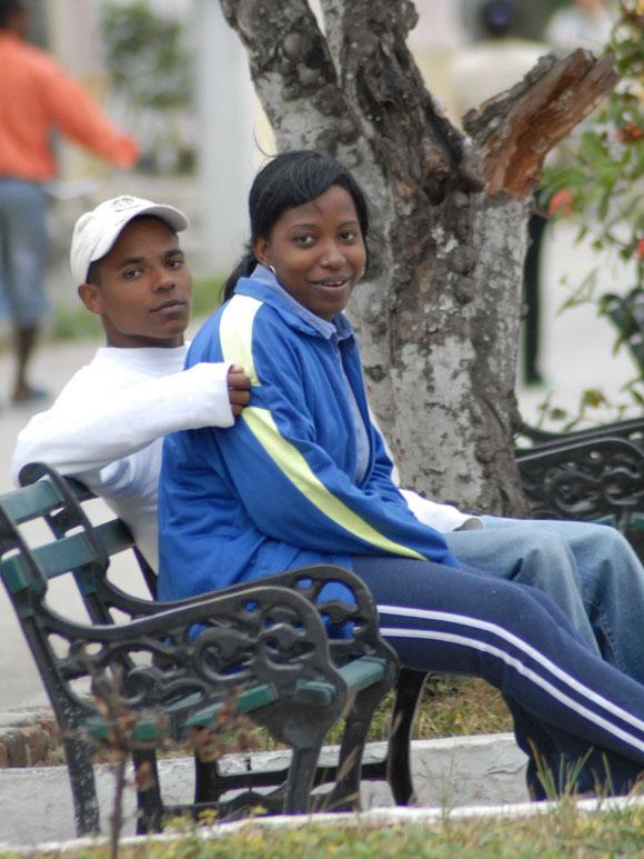 Enamorados desafían las bajas temperaturas, en Yaguajay, Sancti Spíritus, Cuba. AIN. Foto: Oscar Alfonso Sosa