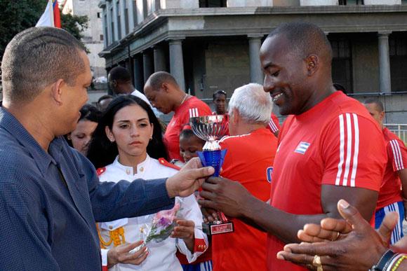 Guillermo Martinez (C), de atletismo, recibe el reconocimiento en la categoría de atletas del año, en la ceremonia de premiación de los mejores atletas del año 2009, en el Memorial Granma, Museo de la Revolución, en Ciudad de La Habana. AIN Foto: Marcelino Vázquez Hernández.