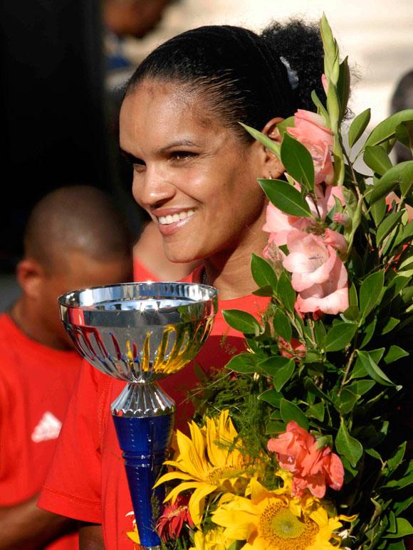 Yumari González ,de ciclismo, recibió el reconocimiento como mejor atleta femenina de deporte individual, en la ceremonia de premiación de los mejores atletas del año 2009, en el Memorial Granma, Museo de la Revolución, en Ciudad de La Habana. AIN Foto: Marcelino Vázquez Hernández.