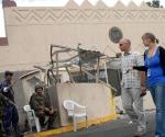 Imagen de archivo del 18 de septiembre de 2008 que muestra a soldados yemeníes saludando al staff de la embajada de Estados Unidos en Saná que evalúan la edificación luego de recibir un ataque. AFP PHOTO/KHALED FAZAA