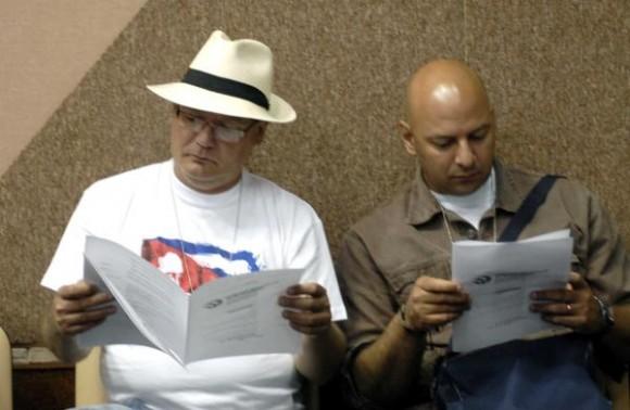 """Participantes en el """"Encuentro de Cubanos Residentes en el Exterior contra el bloqueo, en Defensa de la Soberanía nacional"""", en el Palacio de las Convenciones, en Ciudad de La Habana, Cuba, el 27 de enero de 2010. AIN FOTO/ Marcelino VAZQUEZ HERNANDEZ"""