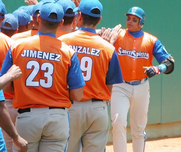 Eriel Sánchez pegó su jonrón 16 y Sancti Spíritus sigue indetenible. Foto: Juan Moreno