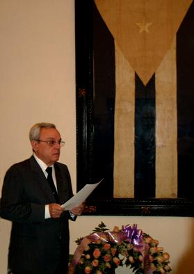 Eusebio Leal recibe la Bandera Nacional que ondeó en Cárdenas en 1850