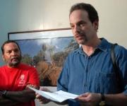 """Tony Savino, fotorreportero norteamericano, durante la inaguración de su Exposición fotográfica """"Fiesta de Saint Ives: mas allá de las montañas"""" en Santiago de Cuba. Foto: Miguel Rubiera Justiz (AIN)"""