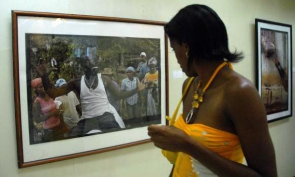 """Exposición fotográfica """"Fiesta de Saint Ives: mas allá de las montañas"""" del fotorreportero norteamericano Tony Savino. Foto: Miguel Rubiera Justiz (AIN)"""