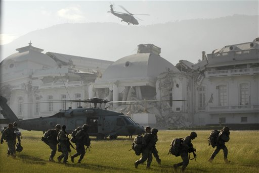 Soldados estadounidenses llegan en helicóptero al palacio presidencial de Puerto Príncipe el martes 19 de enero de 2010. (Foto AP/Gregory Bull)